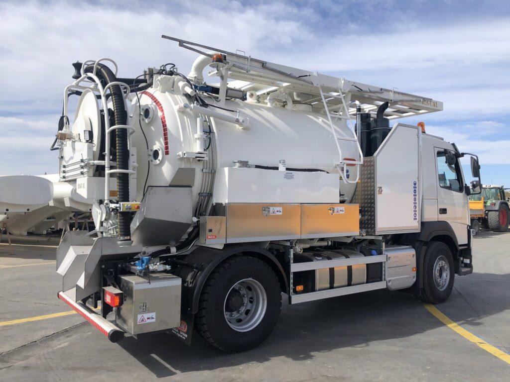 Camión mixto desatasco y limpieza con cisterna Rigual de acero de 9000 litros con cassette superior y devanadera