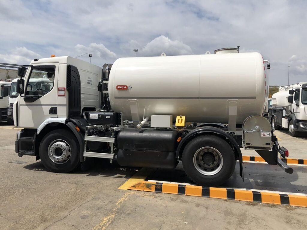 Camión con cisterna Rigual de 8000 litros de un compartimento para el transporte de agua