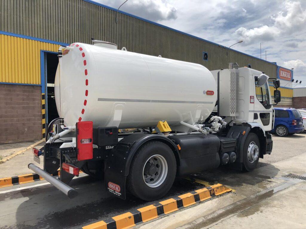 Camión con cisterna Rigual de 8000 litros en un compartimento para el transporte de agua