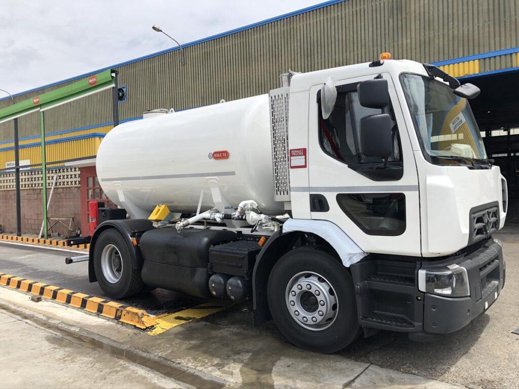 Camión con cisterna Rigual de 8000 litros para el transporte de agua