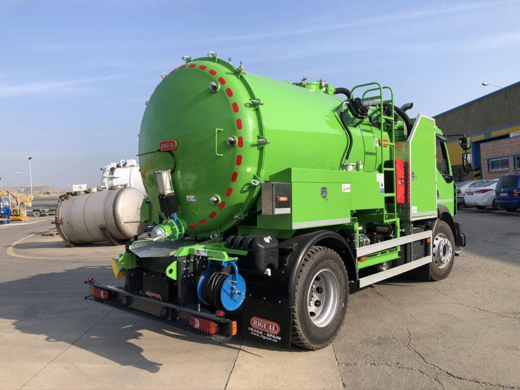 Camión con cisterna Rigual de 9000 litros de un compartimento para el transporte de agua