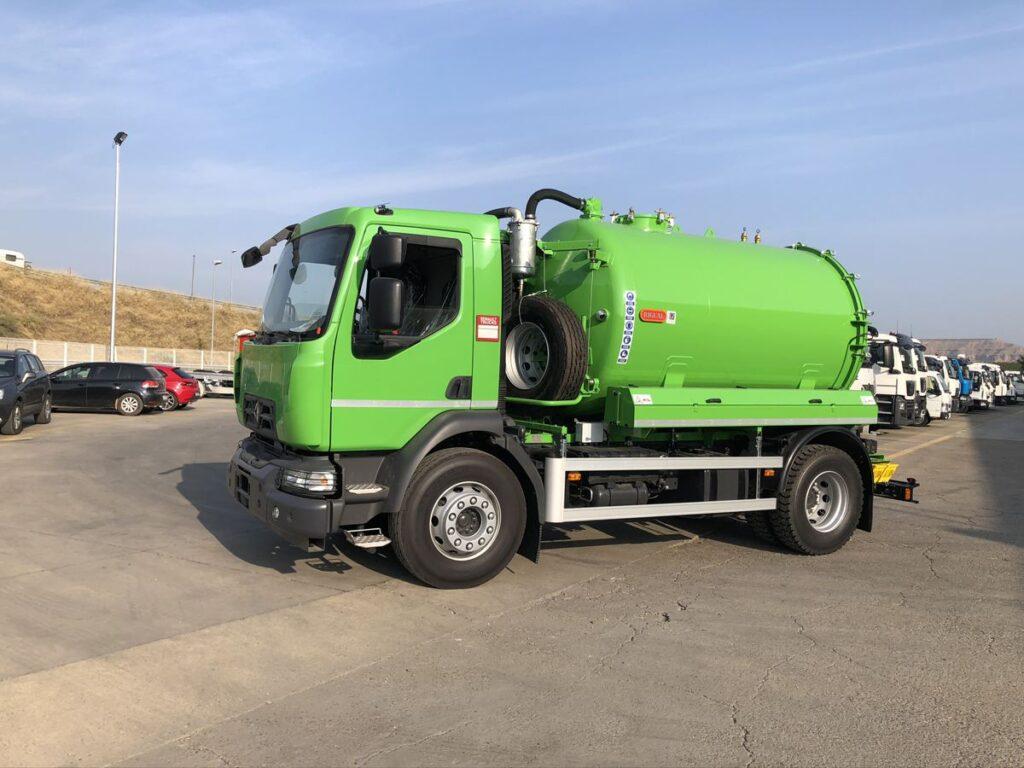Camión con cisterna Rigual de 9000 litros en un compartimento para el transporte de agua