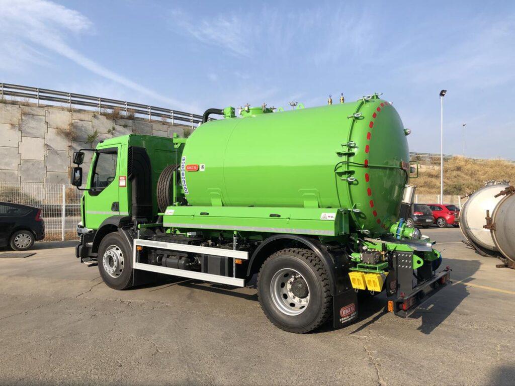 Camión con cisterna Rigual de 9000 litros para el transporte de agua