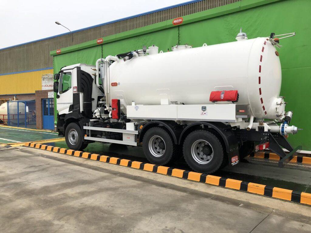 Camión con cisterna Rigual de 16000 litros en un compartimento para el transporte de agua