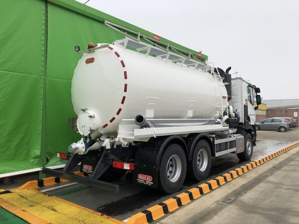 Camión con cisterna Rigual de 16000 litros en un solo compartimento para el transporte de agua