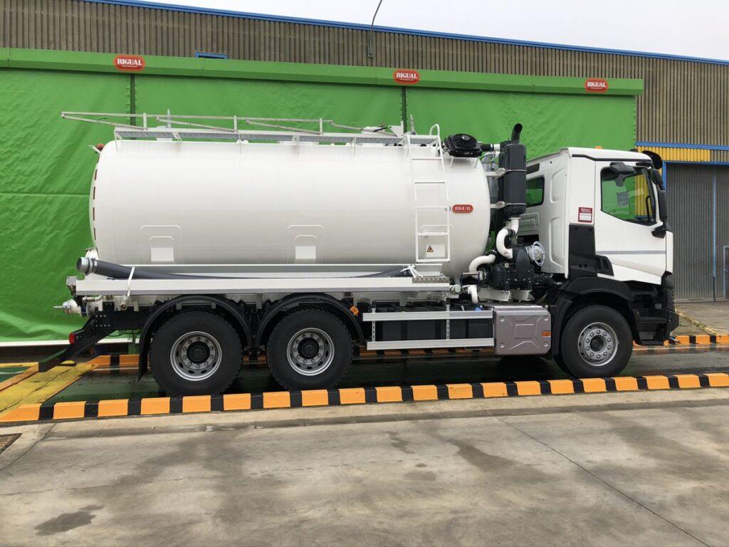 Camión con cisterna Rigual de 16000 litros para el transporte de agua