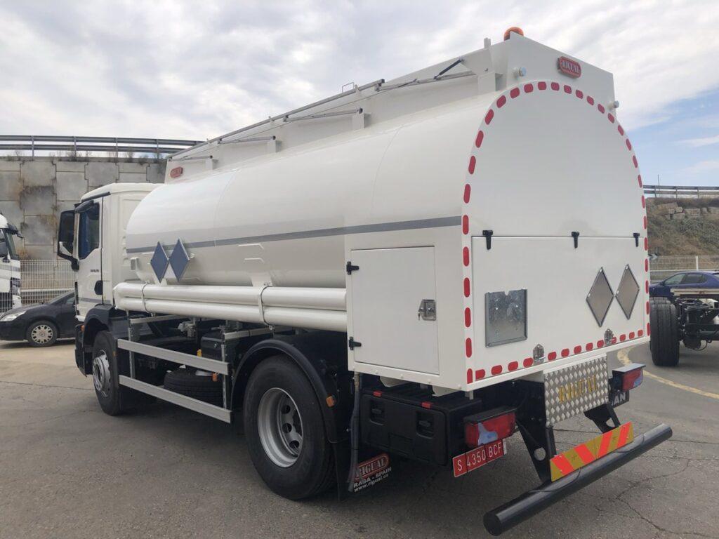 Camión cisterna Rigual de 12000 litros y 3 compartimentos para aceites usados con capilla trasera