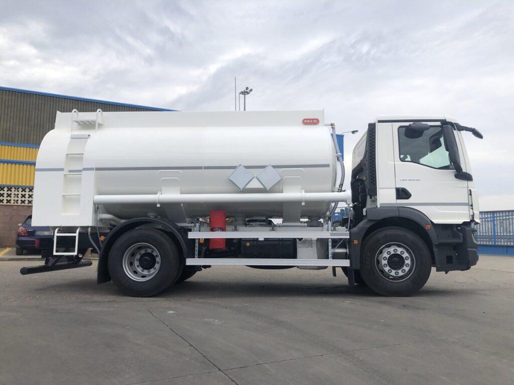 Camión cisterna Rigual de 12000 litros y 3 compartimentos para recogida de aceites usados con capilla trasera