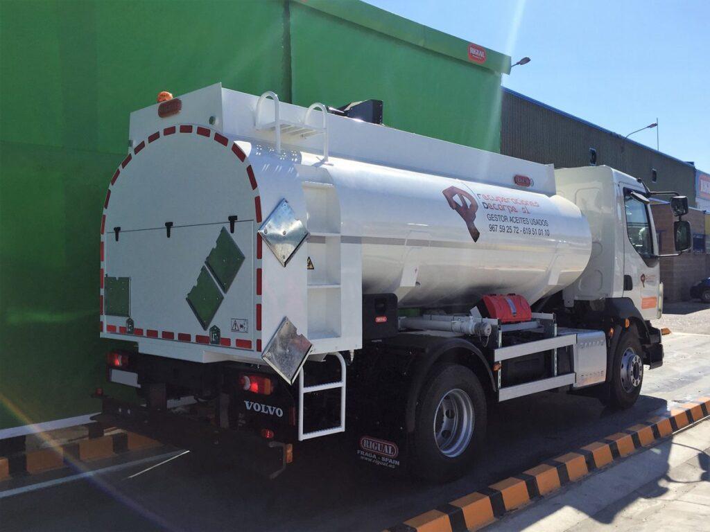 Camión con cisterna Rigual de 8000 litros de un compartimento para la recogida de aceites con capilla trasera