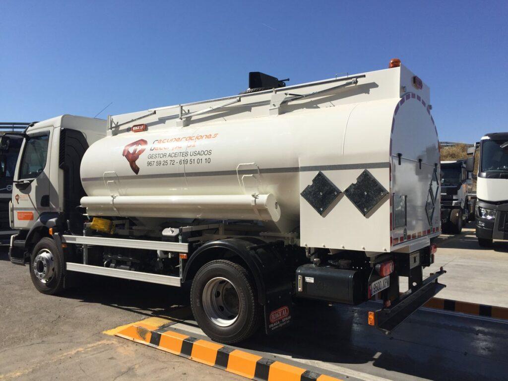 Camión con cisterna Rigual de 8000 litros para la recogida de aceites de un compartimento