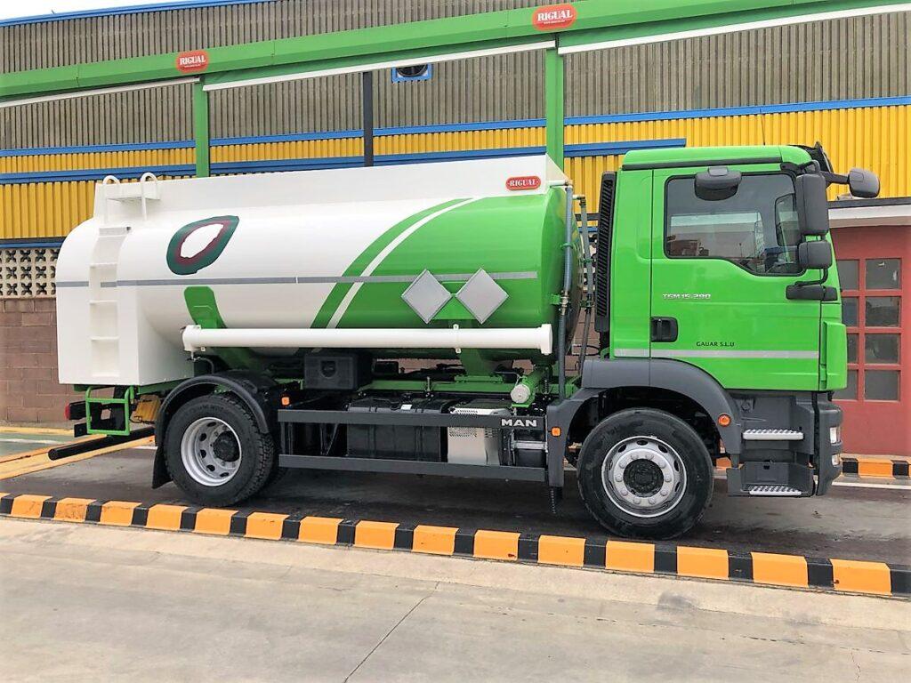 Camión con cisterna Rigual de 10000 litros y un solo compartimento para la recogida de aceites