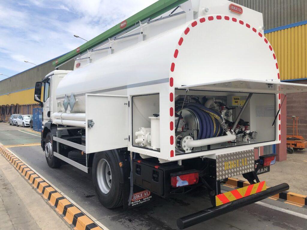 Camión con cisterna Rigual de 12000 litros y 3 compartimentos para aceites usados