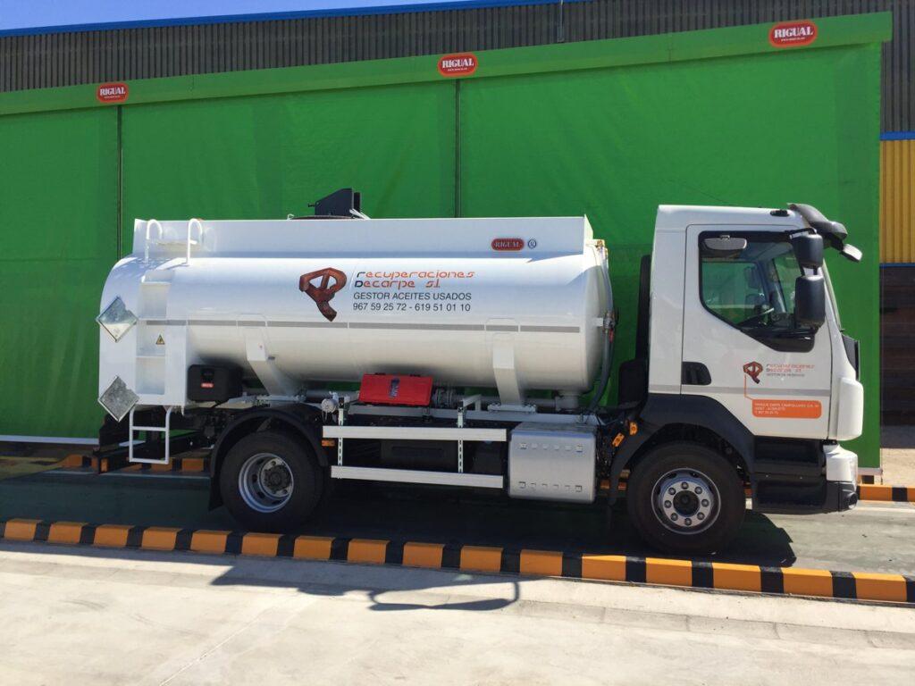 Camión con cisterna Rigual de 8000 litros para la recogida de aceites