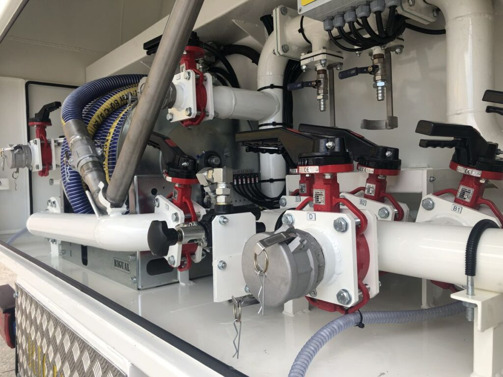 Detalle equipo de recogida de aceites usados con 3 compartimentos
