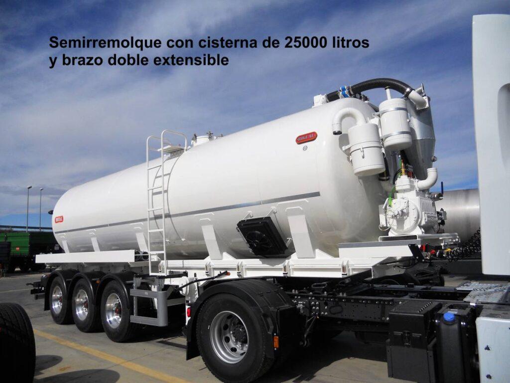 Semirremolque con cisterna rigual de 25000 litros para el transporte de purín con brazo doble extensible