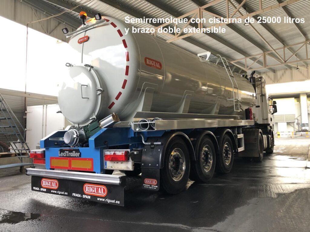Semirremolque con cisterna rigual de 25000 litros y brazo extensible
